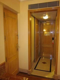 インドのホテルの秘密の扉.jpg