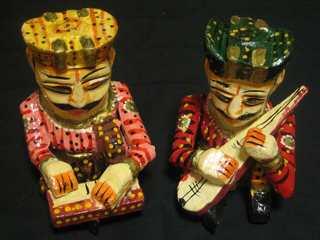伝統楽器演奏中のインド人の置物.jpg